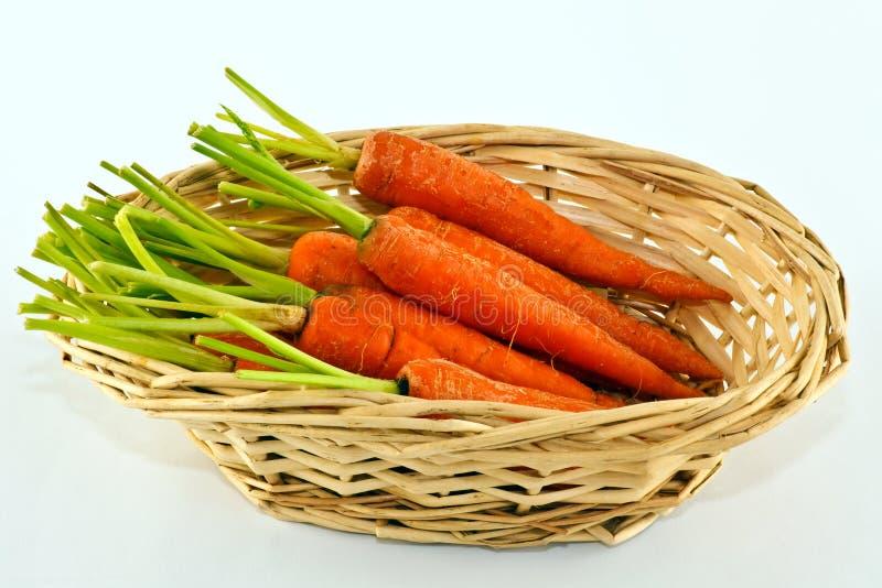 在篮子的嫩胡萝卜 免版税库存照片