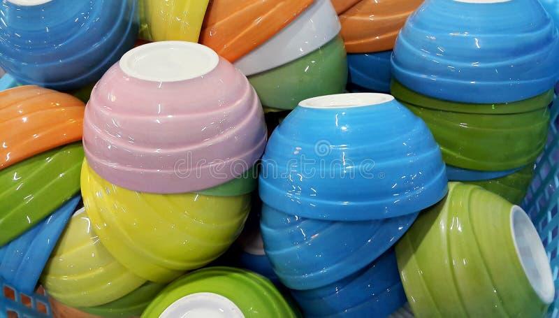 在篮子的小五颜六色的陶瓷碗 免版税图库摄影