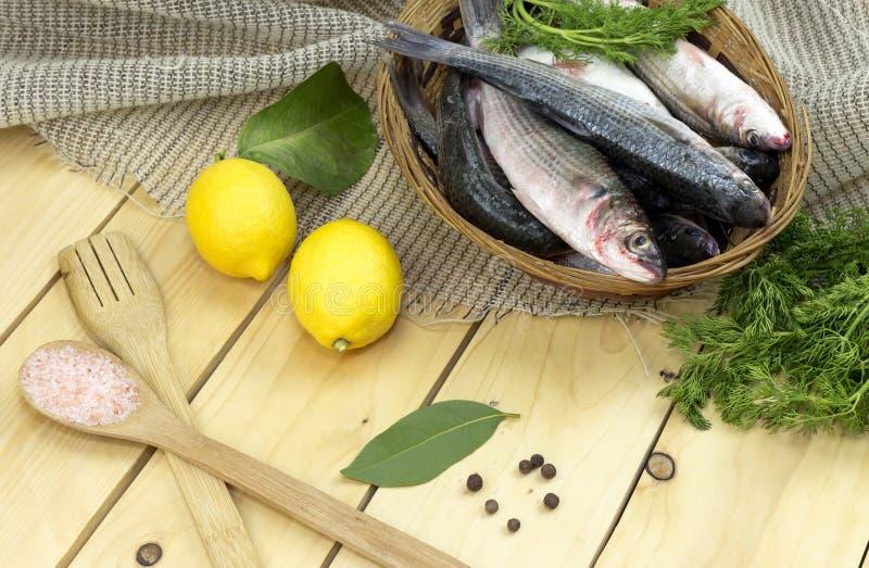 在篮子的新鲜的梭鱼 库存照片