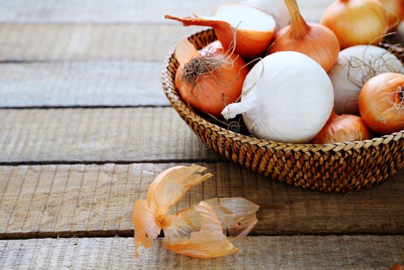 在篮子的新鲜的白色和棕色葱 免版税库存图片