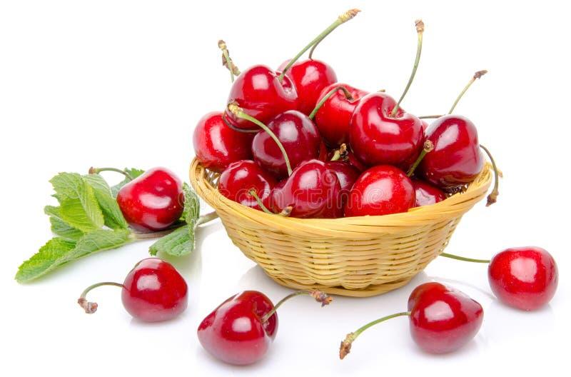 在篮子的新鲜的红色樱桃 库存照片