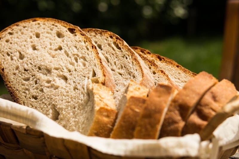 在篮子的有机面包 图库摄影