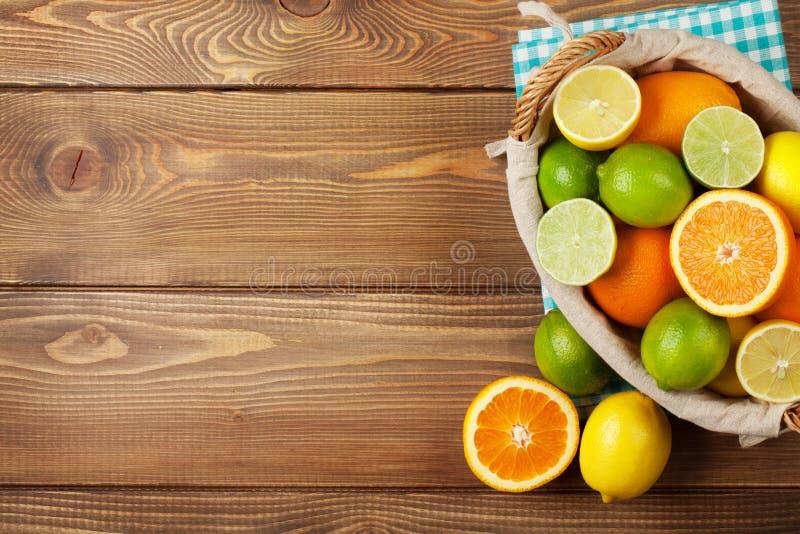 在篮子的柑橘水果 桔子、石灰和柠檬 库存图片
