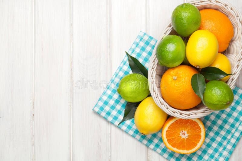 在篮子的柑橘水果 桔子、石灰和柠檬 免版税库存照片