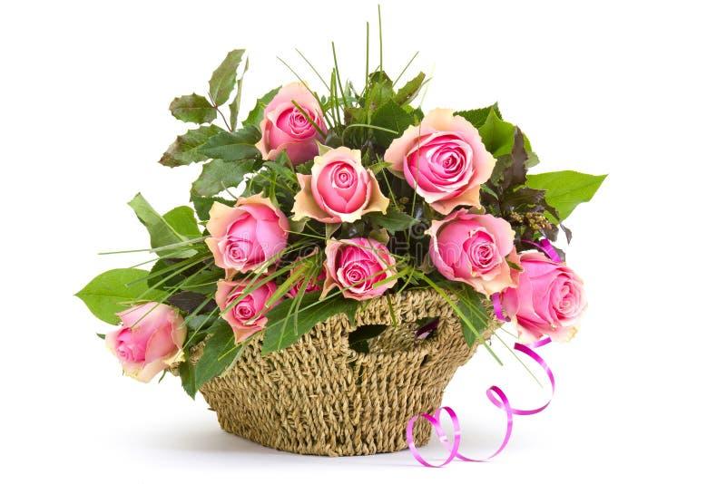 在篮子的桃红色玫瑰 免版税库存图片