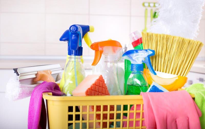 在篮子的清洁物品在厨房里 免版税库存图片
