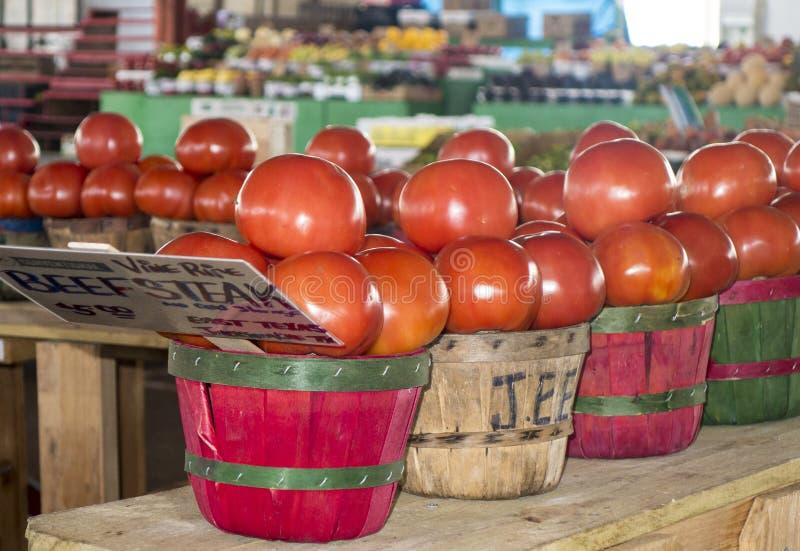 在篮子的牛排蕃茄 库存照片