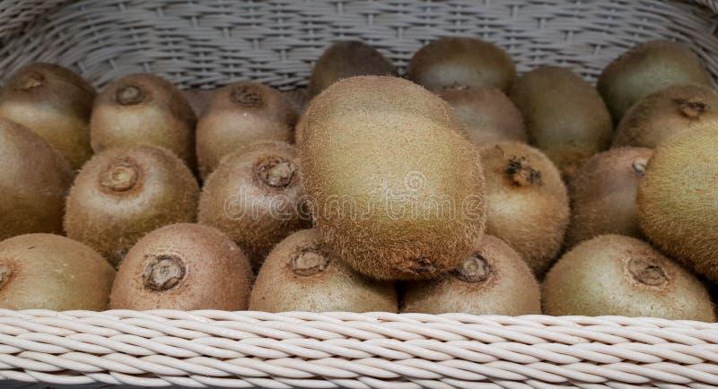 在篮子的猕猴桃在市场上 免版税库存图片