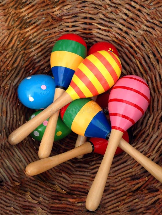 在篮子的玩具墨西哥maracas 免版税库存图片
