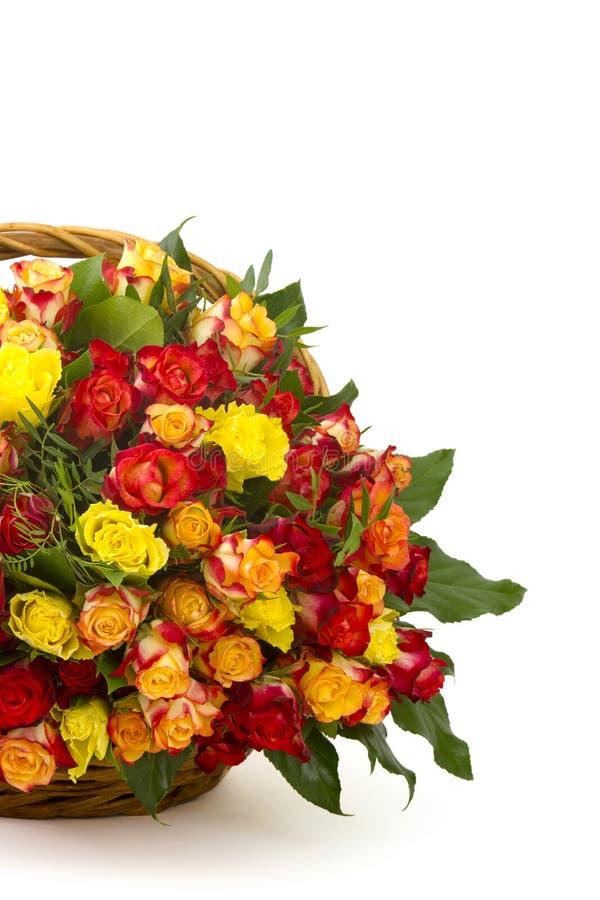 在篮子的玫瑰 免版税库存照片