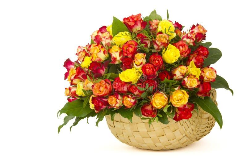 在篮子的玫瑰 免版税库存图片
