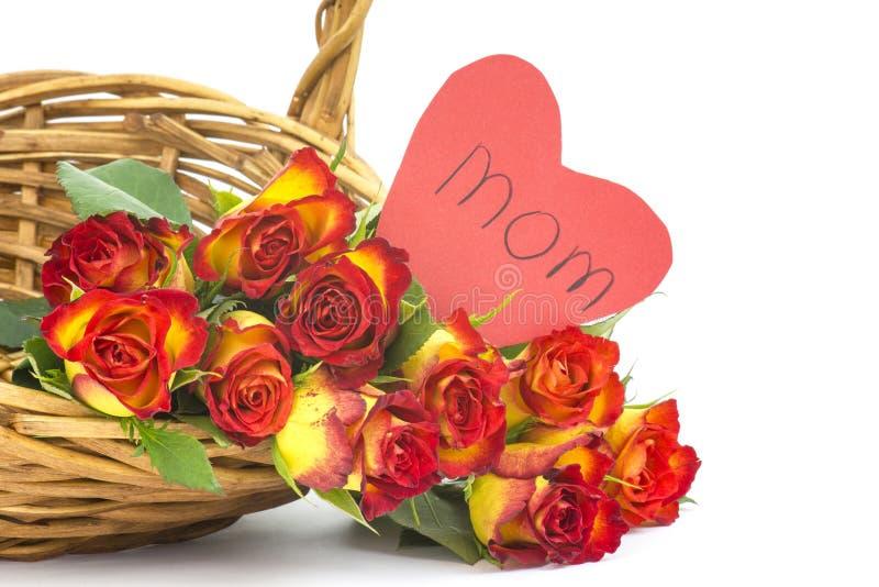 在篮子的红色和黄色玫瑰 免版税库存照片