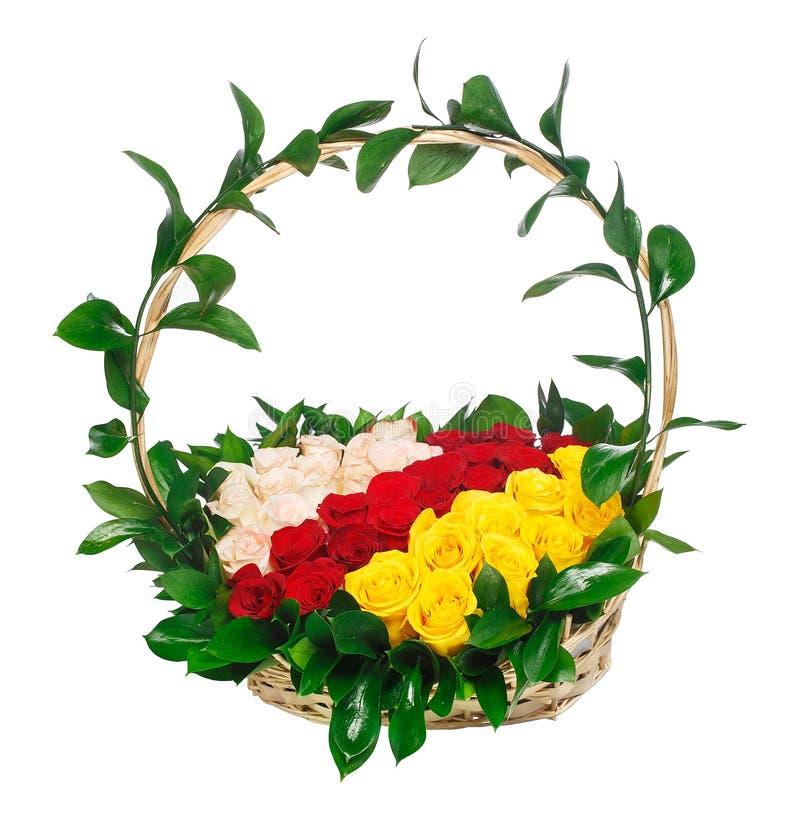 在篮子的红色,桃红色和黄色玫瑰 库存照片