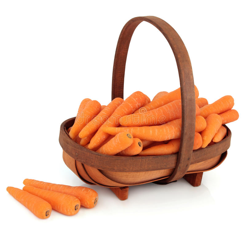 在篮子的红萝卜 库存照片