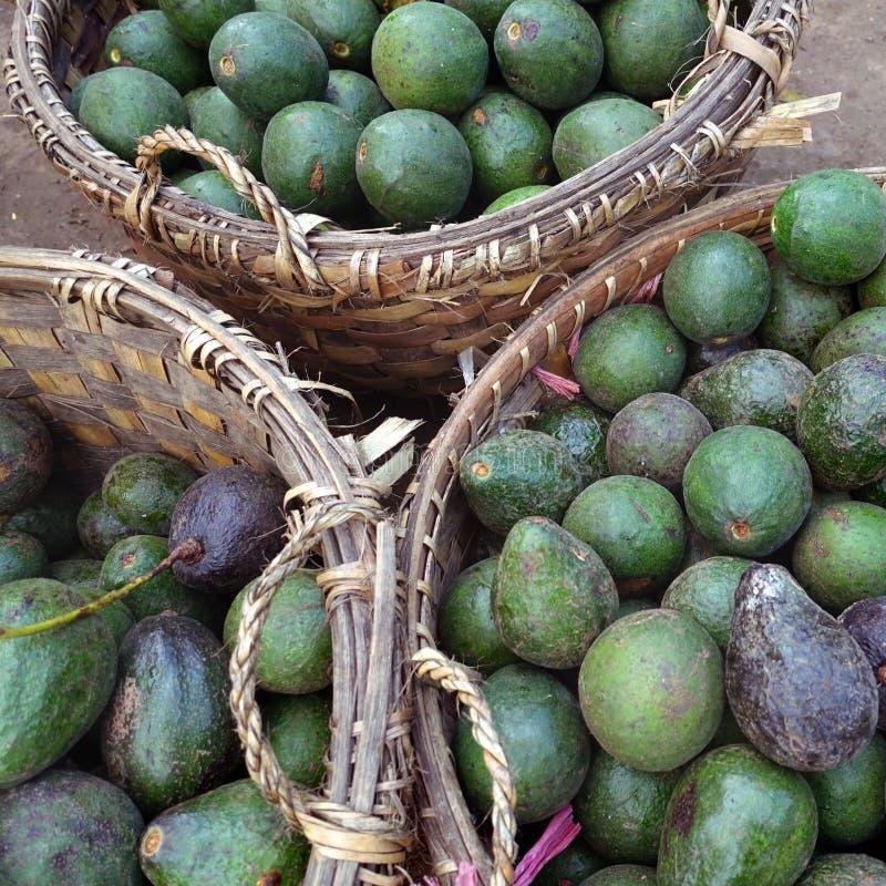 在篮子的绿色鲕梨在市场 库存照片