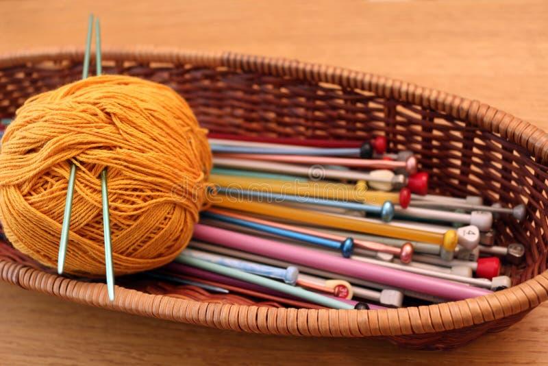 在篮子的编织针 免版税库存图片