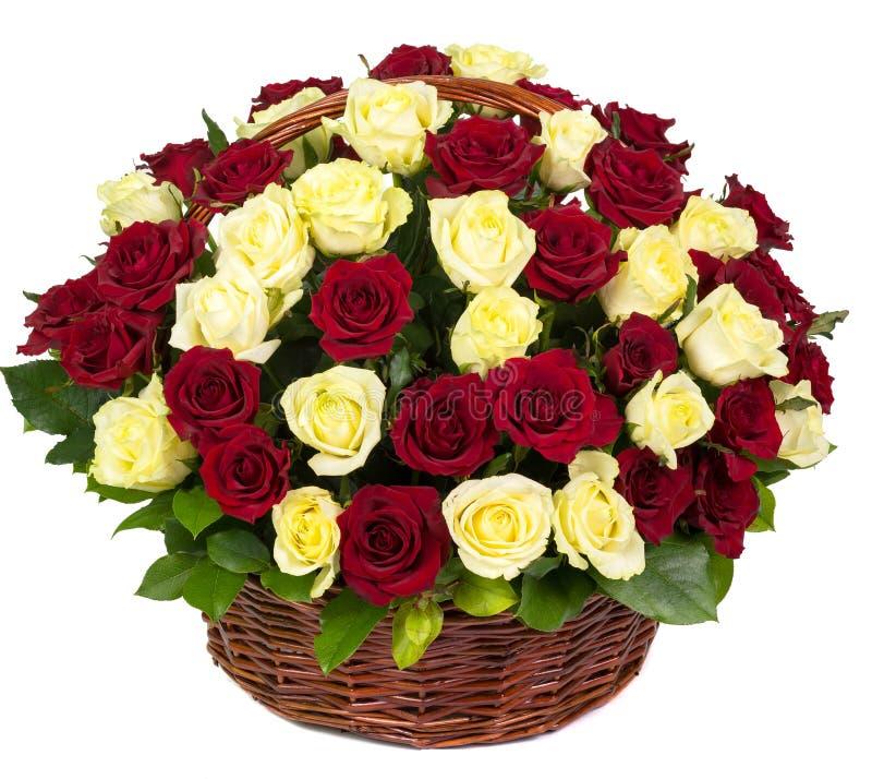 在篮子的自然红色和黄色玫瑰 库存照片