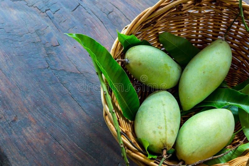在篮子的芒果在泰国 免版税库存图片