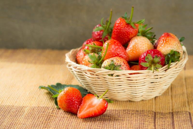 在篮子的草莓 免版税库存图片
