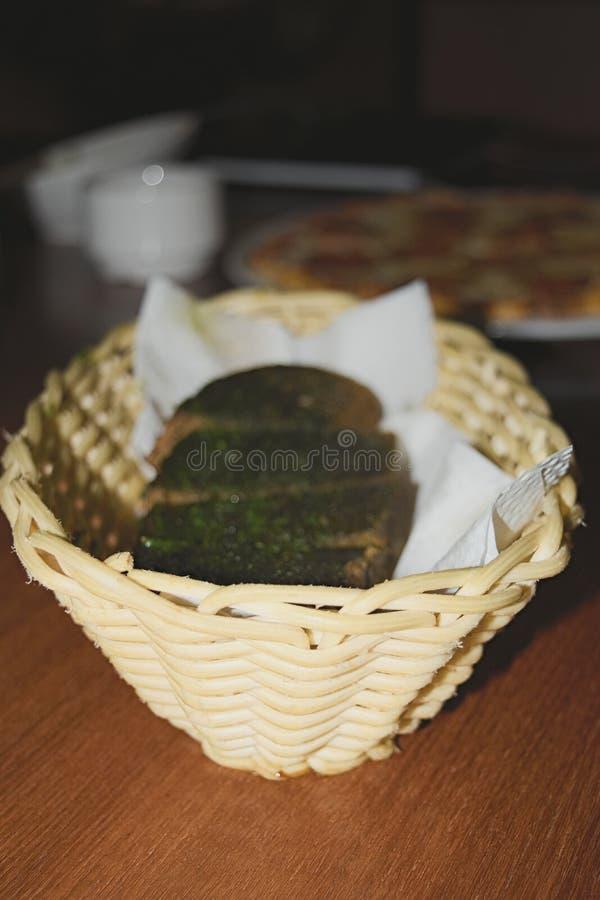 在篮子的蒜味面包 免版税库存照片
