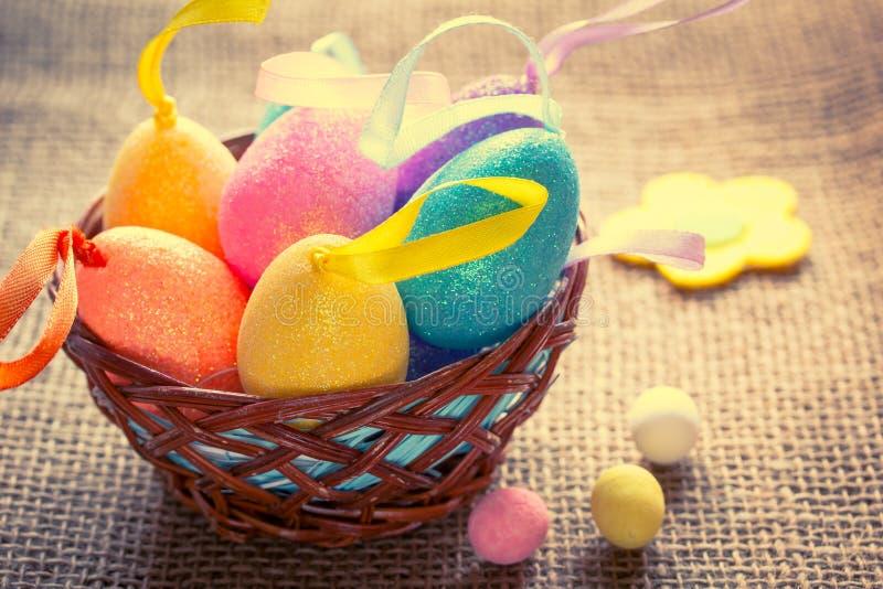 在篮子的装饰复活节彩蛋 仍然复活节生活 免版税库存照片