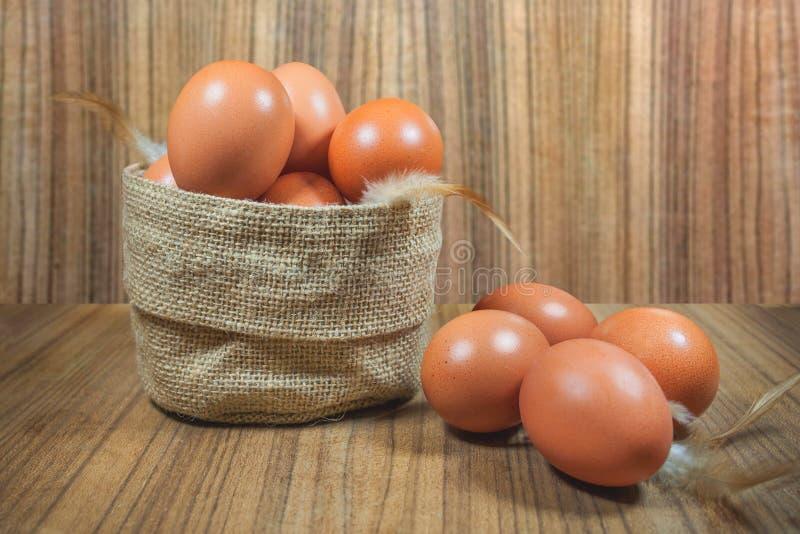 在篮子的鸡蛋在木头 鸡蛋 鸡蛋 browne rawfood 免版税库存图片