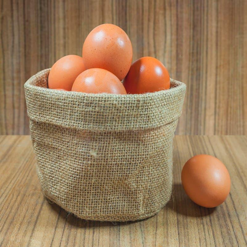 在篮子的鸡蛋在木头 鸡蛋 鸡蛋 browne rawfood 库存图片