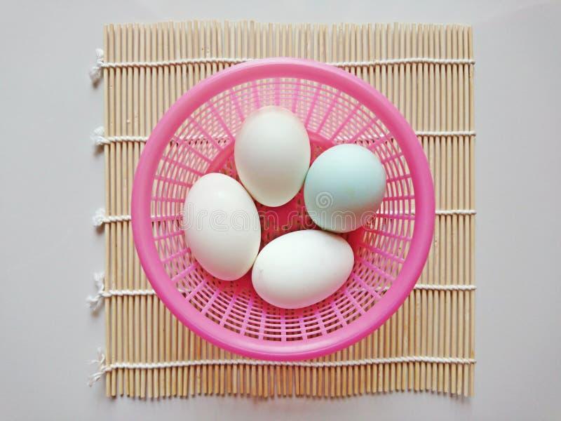 在篮子的鸭子鸡蛋投入了竹编织品 库存图片