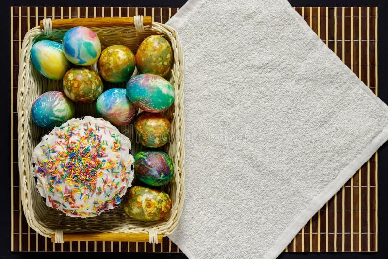 在篮子谎言复活节蛋糕和复活节彩蛋 有题字的一个地方 库存照片