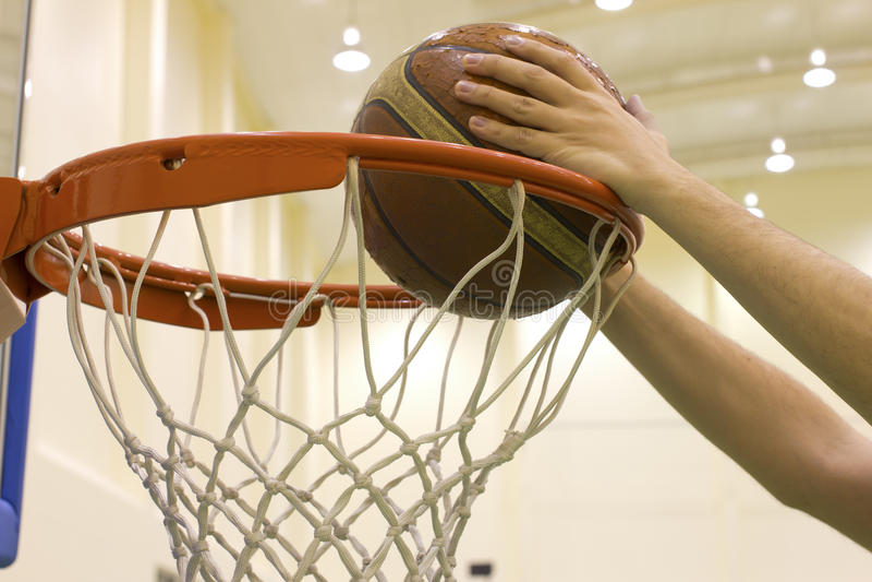 在篮球场的计分的篮子 免版税库存照片