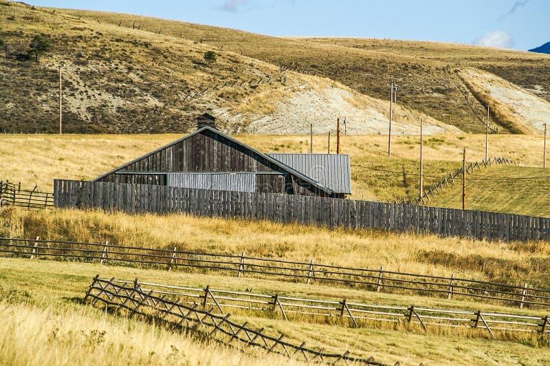 在篱芭中的谷仓在蒙大拿 图库摄影