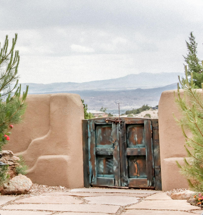 在篱芭之外的秀丽在Placitas新墨西哥 免版税库存照片