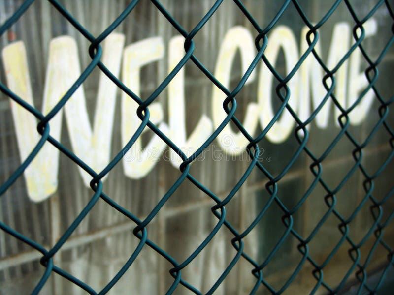 在篱芭后的可喜的迹象 免版税图库摄影
