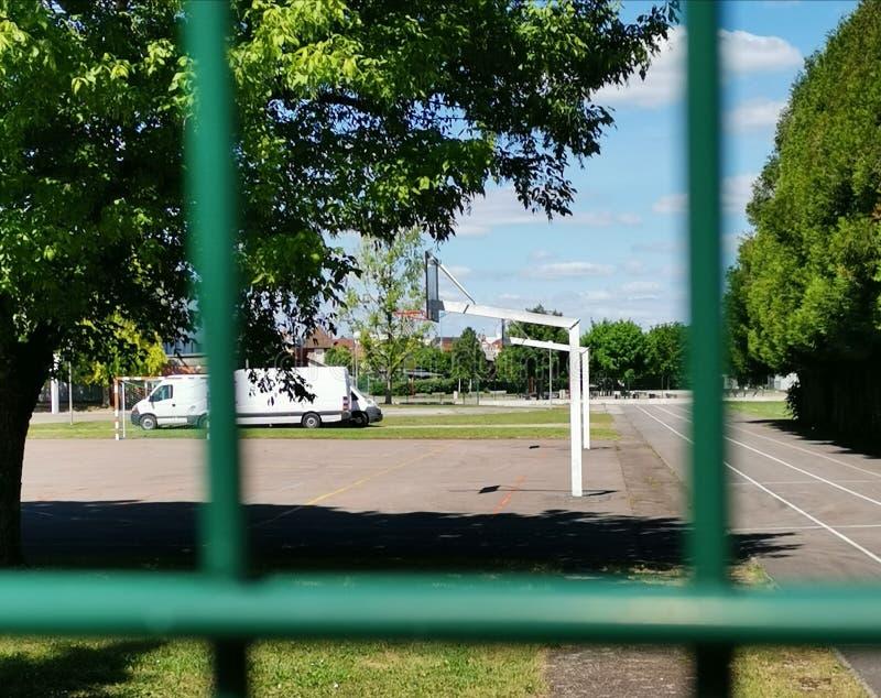 在篱芭后的篮球场在法国 免版税库存照片