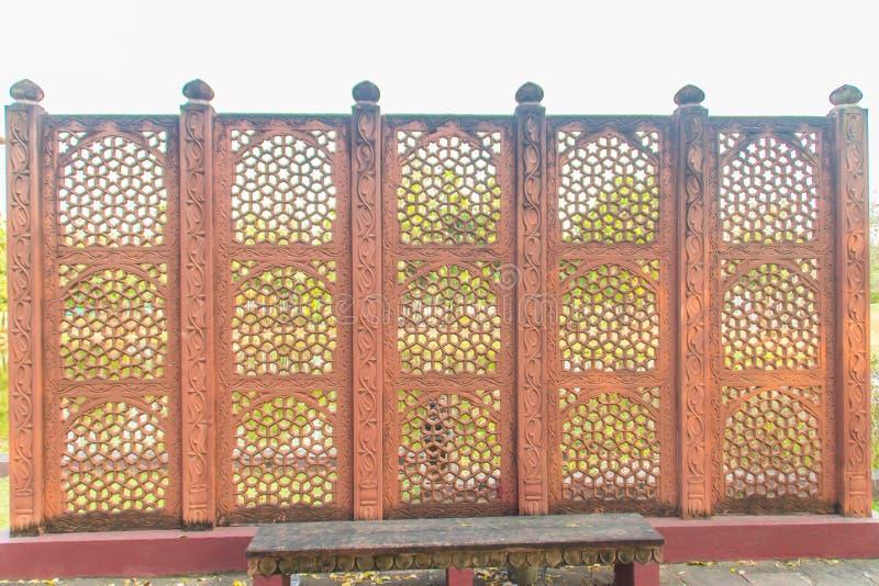在篱芭墙壁背景仿造的红色印地安样式 库存照片