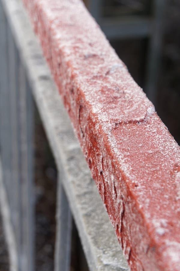 在篱芭的金属建筑的弗罗斯特露水 图库摄影