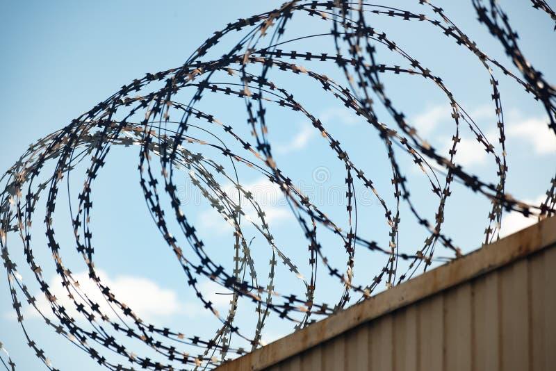 在篱芭的铁丝网反对天空蔚蓝 免版税图库摄影