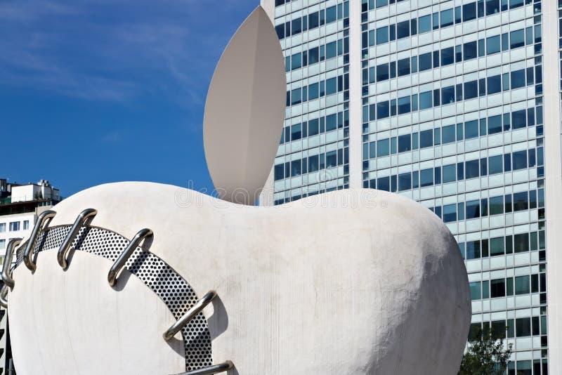 在米兰中央驻地的大苹果 工作在米开朗基罗Pistole旁边 库存图片