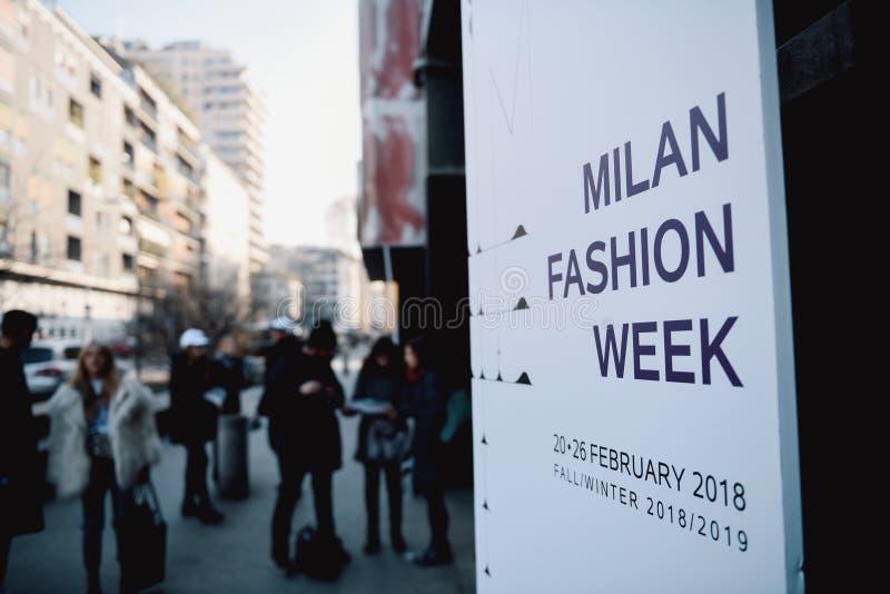 在米兰时尚星期期间,街道样式 图库摄影