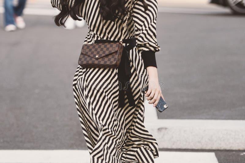 在米兰时尚星期- MFWSS19期间,街道详细样式成套装备 免版税库存图片