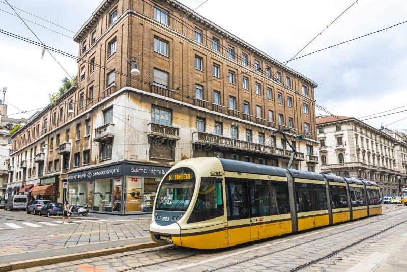 在米兰,意大利街道上的现代电车  库存图片