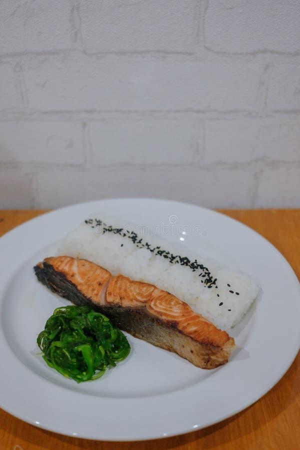 在米内圆角的烤三文鱼 免版税库存图片