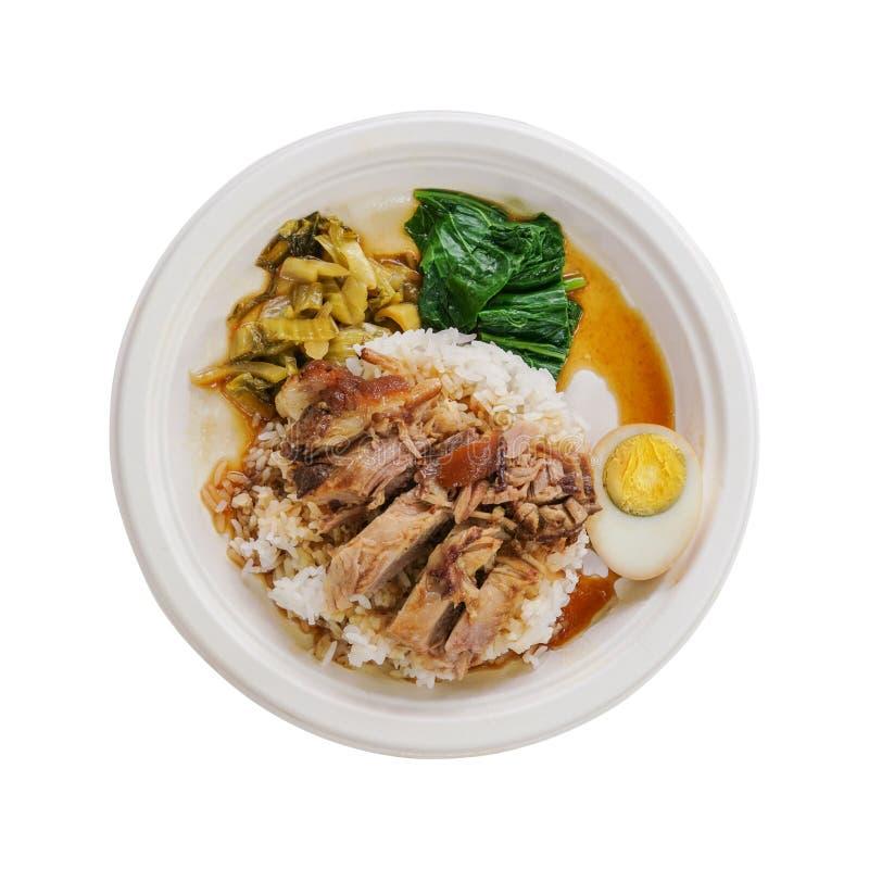 在米和一半的被炖的猪肉腿在自然蔗渣板材的煮沸的鸡蛋隔绝了白色背景 图库摄影