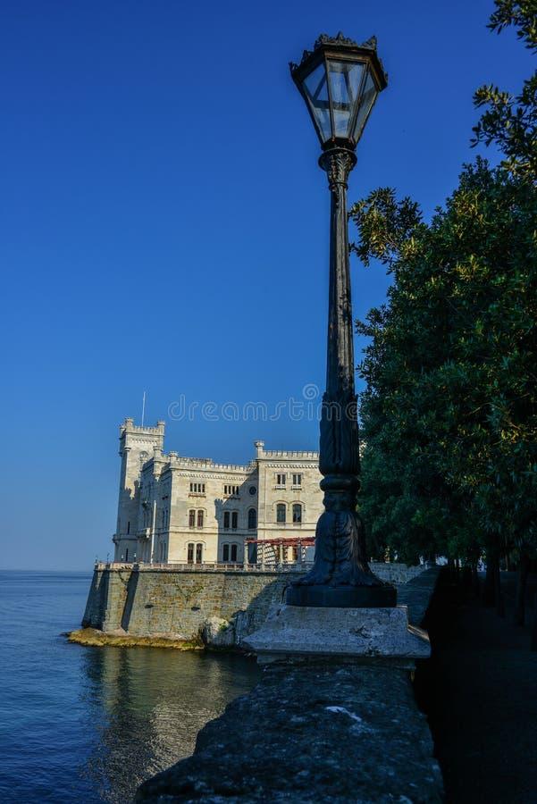 在米拉马雷城堡城堡的看法在的里雅斯特海湾  免版税库存照片
