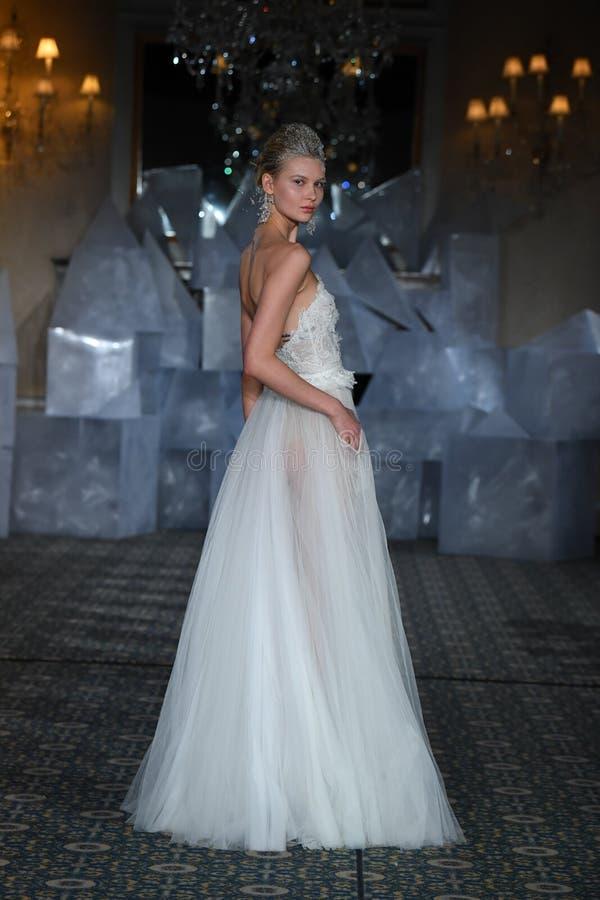 在米拉Zwillinger春天2019新娘时装表演期间,模型走跑道 免版税库存图片