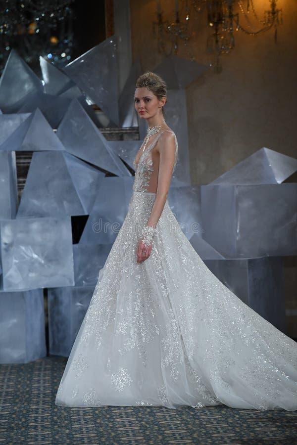 在米拉Zwillinger春天2019新娘时装表演期间,模型走跑道 免版税图库摄影
