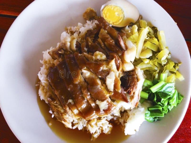 在米的被炖的猪肉腿与配菜是煮沸的鸡蛋,烂醉如泥 免版税库存照片