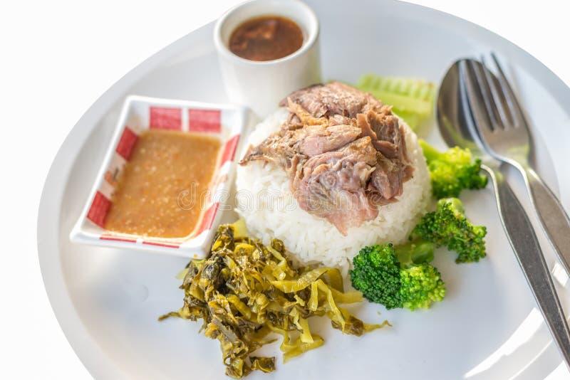 在米的被炖的猪肉腿在白色背景,亚洲食物 免版税库存图片