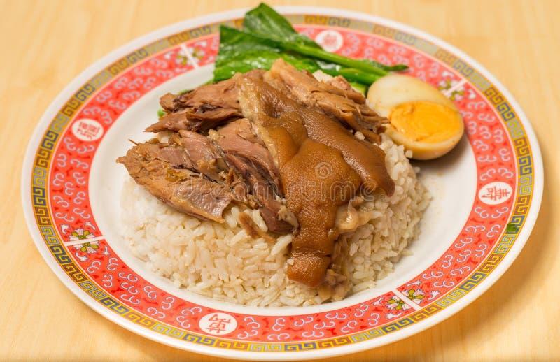 在米的被炖的猪肉腿用煮沸的鸡蛋,传统食物在泰国 免版税库存图片
