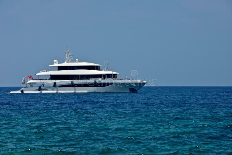 在米科诺斯岛停住的游艇 免版税库存图片